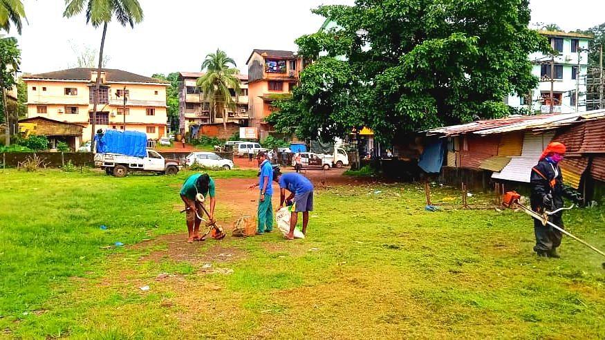 डिचोली आठवडी बाजाराबाहेर उभे असलेले विक्रेते व पोलीस (Goa)