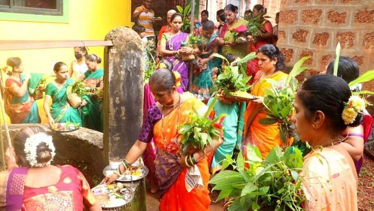 येथे गौरी पुजनाची परंपरा म्हणजे, घरातील सुहासिनी महिला पाचव्या दिवशी सकाळी तांब्याच्या कलशातून नदी-विहिरीवरील पाणी घरी घेऊन येते व त्याची गणपती समोर  पूजा अर्चा केली जाते, त्यानंतर गौरीचे 'हवशे' होतात. मये मध्ये हाताच्या बोटावर मोजण्या इतक्याच घरा मध्ये गौरी पूजन करतात.