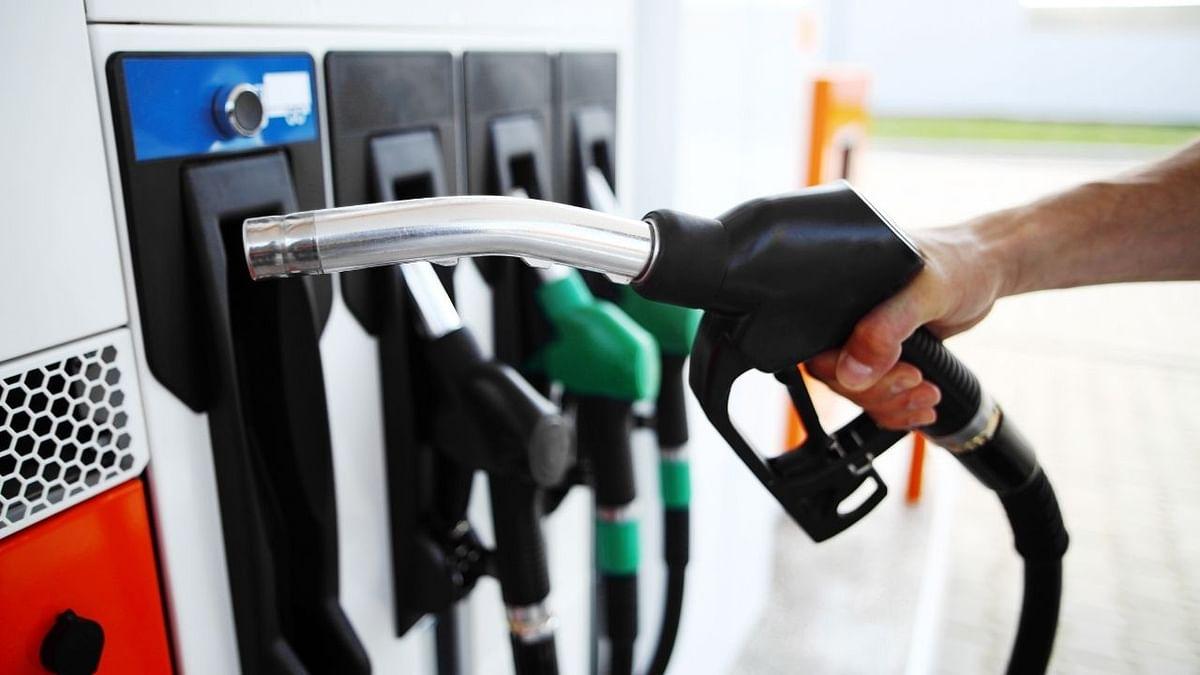 गुरुवार,पुन्हा एकदा पेट्रोल (Petrol)-डिझेलच्या (Diesel) किंमतीत (Fuel prices) प्रचंड वाढ केली आहे.