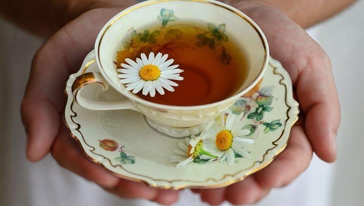 * मधुमेहावर उपयुक्त: अनेक अभ्यासानुसार  कॅमोमाइल चहा मधुमेह असलेल्या लोकांमध्ये रक्तातील साखर कमी करू शकते. एका अभ्यासात असे दिसून आले की, कॅमोमाइल  चहाचे नियमितपणे सेवन केल्यास रक्तातील साखर वाढण्यावर नियंत्रित होते.