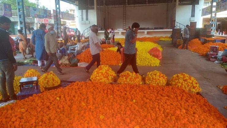 बाजारात झेंडुची फुले 100 ते 120  रुपये दराने विकली जात आहेत.