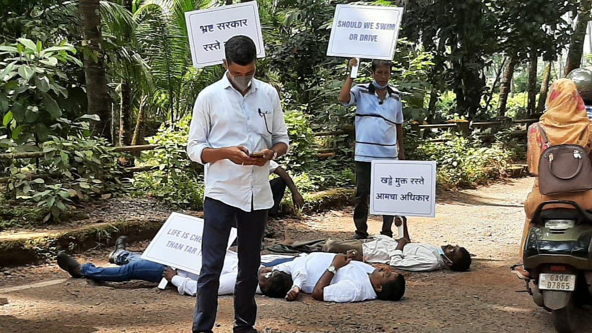 Goa: गांधी जयंतीदिनी खड्डयांवर झोपून आगळ्यावेगळ्या पद्धतीने निषेध