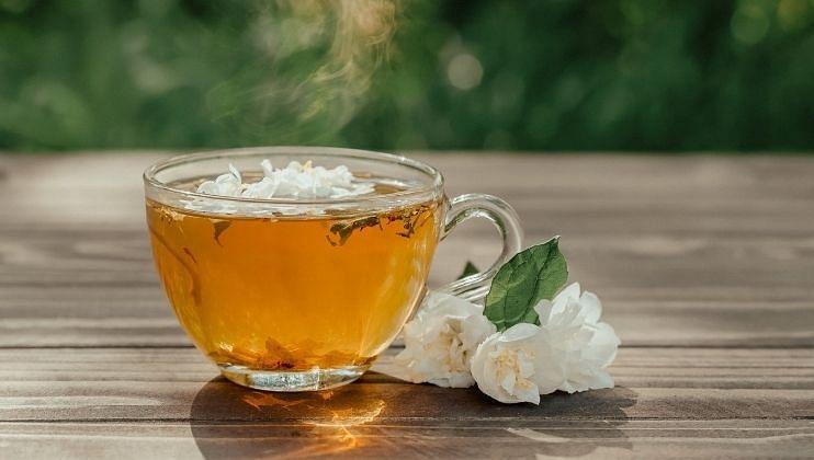 * झोप चांगली येते: कॅमोमाइल चाहामध्ये  कॅफीन नसते. कॅमोमाइल चहामध्ये एपिजेनिन  नावाचा फ्लेव्होनॉइड  असतो. यामुळे ज्या लोकाना निद्रानाशाची समस्या असते त्या लोकांना हा चहा पिल्यास त्यांची समस्या दूर होऊ शकते. तसेच कॅमोमाइल चहा पिल्यावर शरीराला फ्रेश वाटते. यामुळे चांगली झोप येते.