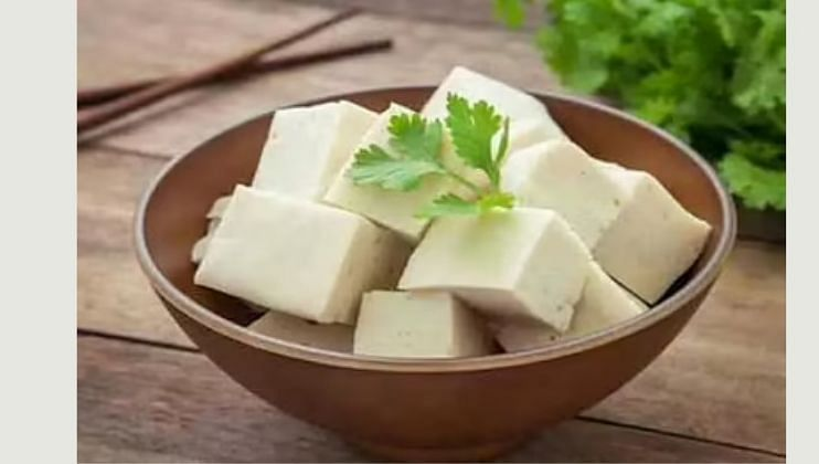 पनीर आपल्या शरीरातील व्हिटॅमिन बी 12 वाढवण्यासाठी  मदत करते. पनीरपासून बनवलेले पदार्थ तुम्ही खाऊ शकता.