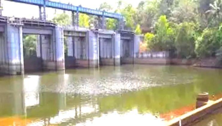 नदीवरील बंधाऱ्याच्या उंचीमुळे मातीच्या घरांना धोका