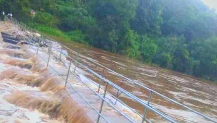 Tilari Canal: फुटलेल्या  कालव्याची पाहणी करताना अधिकारी