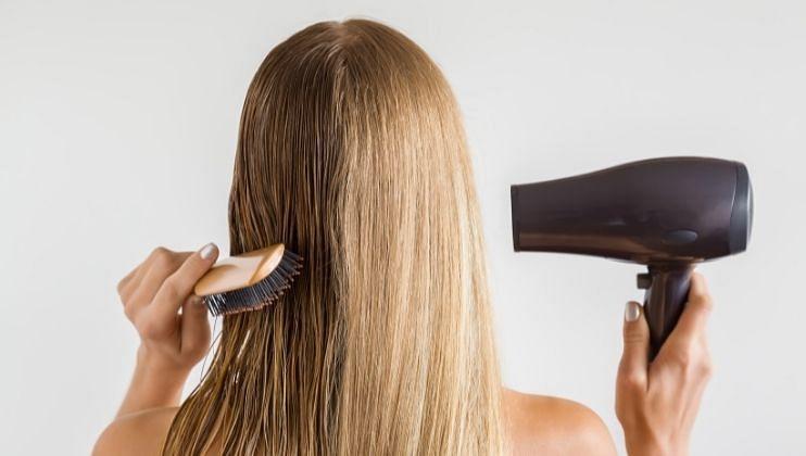 ओल्या केसांमध्ये हेयरस्प्रे करणे टाळा