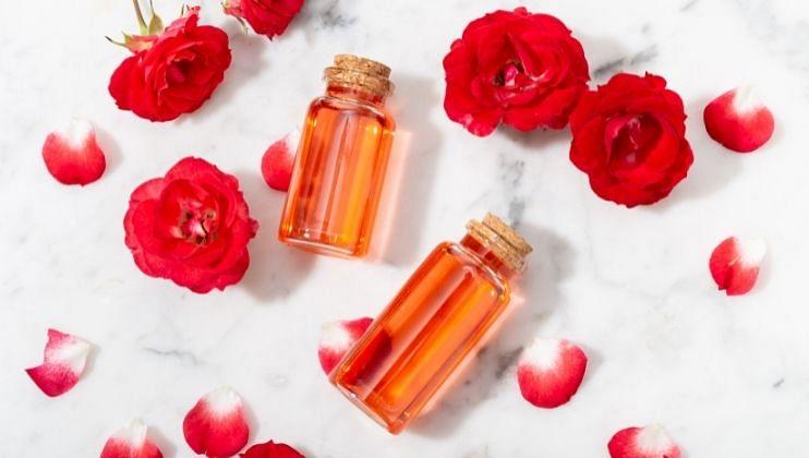 नंतर हे गुलाब जल गाळून घ्यावे. एका स्वच्छ बाटलीमध्ये भरून  ठेवावे. यात तुम्ही काही थेंब चहाच्या पानाचे तेल सुद्धा टाकू शकता