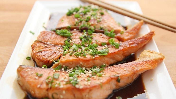 मासे खाणे आरोग्यासाठी आणि त्वचेसाठी फायदेशिर आहे. यात भरपूर प्रमाणात पोषक घटक असतात. तसेच व्हिटॅमिन बी 12  मुबलक प्रमाणात असते.