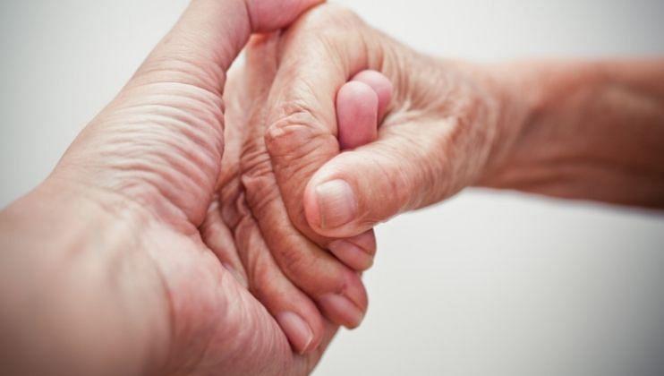 वृद्धांची काळजी घेण्यासाठी या 5 गोष्टींची घ्या काळजी