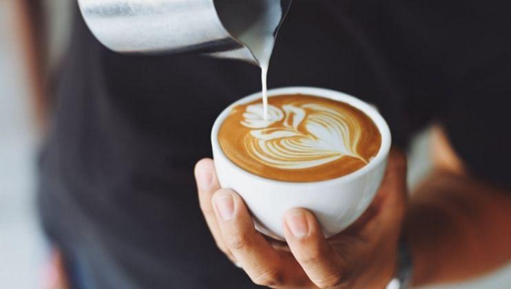 जर तुम्ही 12 ते 1 च्या दरम्यान कॉफी पित असाल तर या वेळी शरीरातील कोर्टिसोलची पातळी अधिक असते. यामुळे आरोग्यास धोका पोहचू शकते.