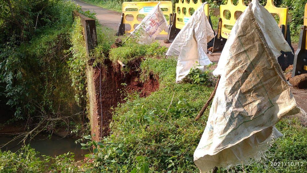 सांकवाळ पंचायतीचे पंच सारपंचाच्या  विरोधात अविश्वास ठराव मांडताना (Goa)