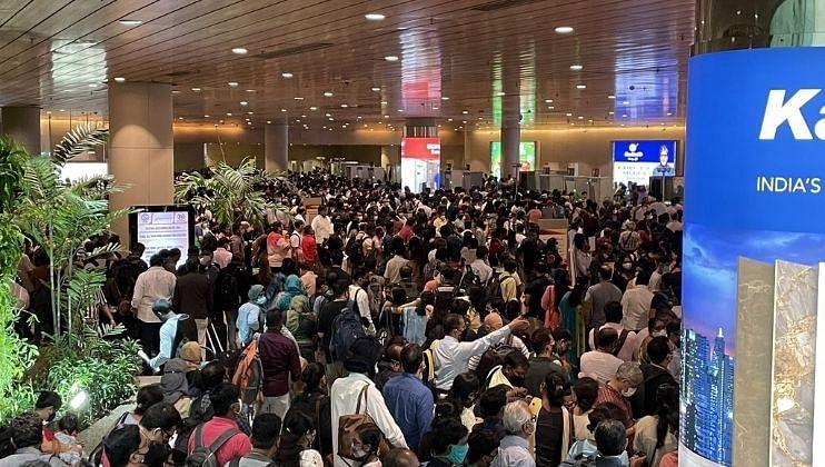मुंबई विमानतळावर व्यवस्थपानाचा उडाला फज्जा; गोंधळामुळे प्रवाशांची झाली प्लाईट मिस