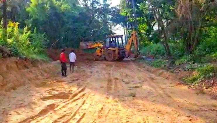 हॉटेलसाठी झाडे तोडून व टेकड्या कापून बेकायदेशीर रस्ता करण्याचा प्रयत्न