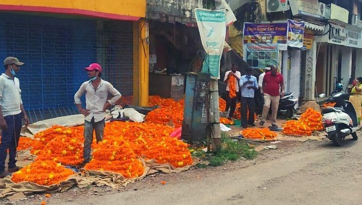 झेंडूच्या फुलांनी बहरला बाजार