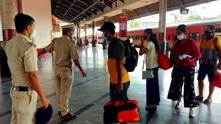 कोकण रेल्वे स्थानकावर विनामास्क दिसल्यात 500 रुपये दंड