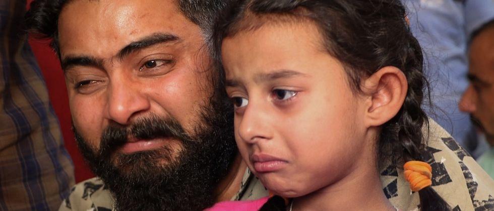 नक्षल काका कृपया माझ्या वडिलांना सोडा; जवानाच्या सुटकेसाठी मुलीची भावनिक हाक