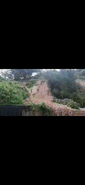 बागा येथील डोंगरकडा कोसळल्या