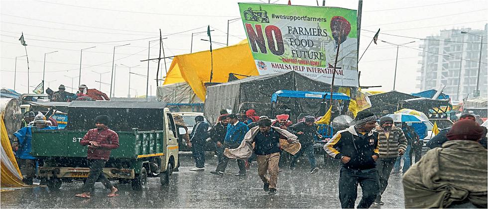 आंदोलक शेतकऱ्यांना पावसाचा त्रास ; आज पुन्हा सरकारबरोबर चर्चा करणार