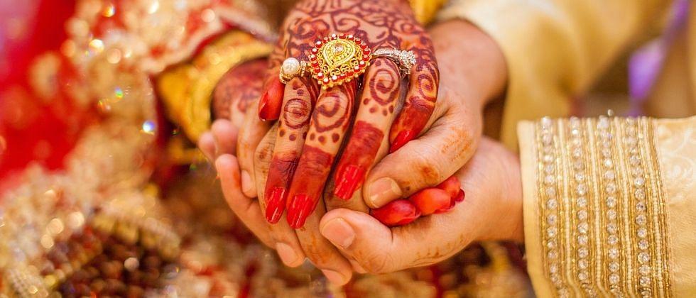 एकाच मंडपात दोन मुलींशी लग्न; कुटूंबाने सुद्धा दिली परनागी