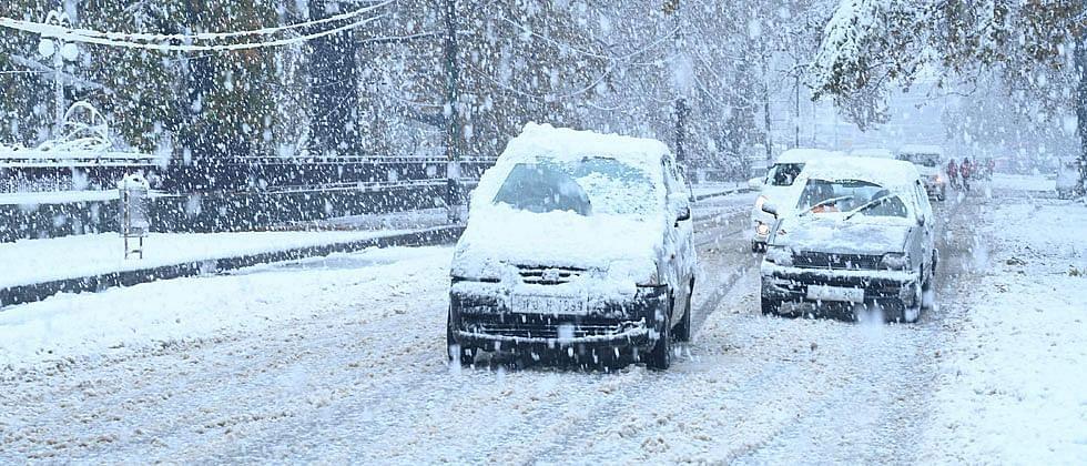 श्रीनगरमध्ये हिमवर्षाव सुरूच..४५०० वाहने अडकली