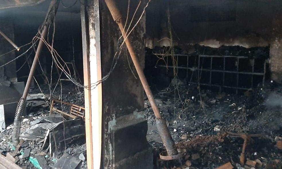 उगावच्या व्यापारी संकुलातील दुकानांना आग