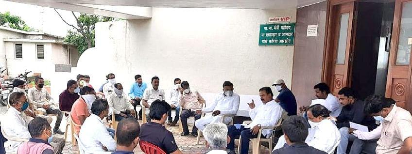 कृषी खत विक्रेत्यांच्या बैठकीत बोलताना आ.चंद्रकांत पाटील. (MLA Chandrakant Patil)