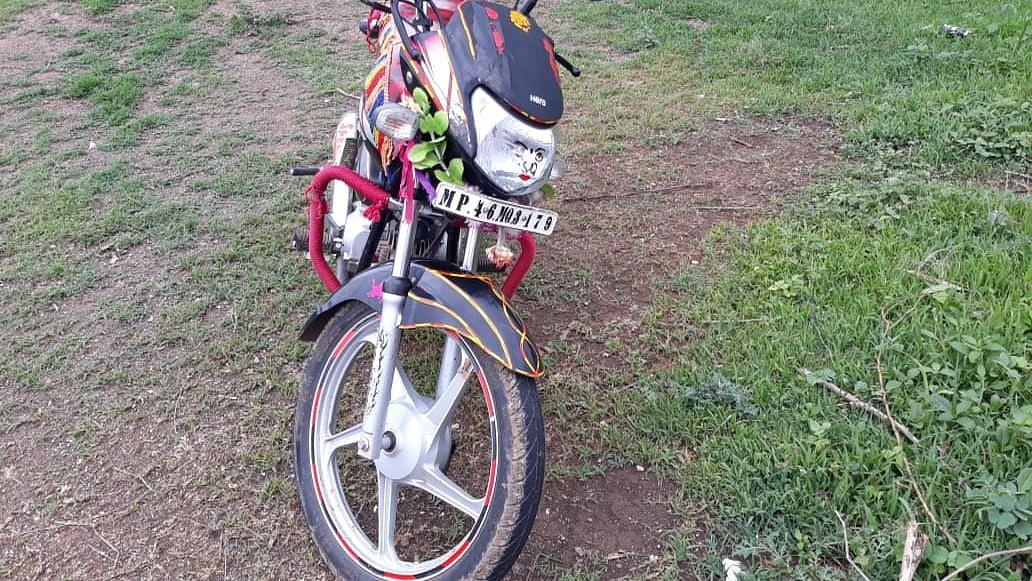 धुळे : अज्ञात वाहनाची मोटर सायकलला धडक