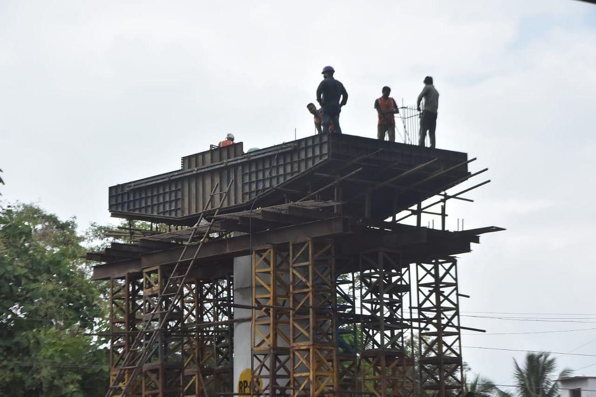 मार्च महिन्यात करोनामुळे लागु झालेल्या लॉकडाऊन मुळे कामगार व अधिकारी गावी गेले. परिणामी लॉकडाऊनच्या तीन टप्प्यापर्यत उड्डाणपुलाचे काम थांबले गेले. जुन महिन्यात लॉकडाऊन शिथील झाल्यानंतर आता पुन्हा एकदा या कामाने गती घेतली आहे.