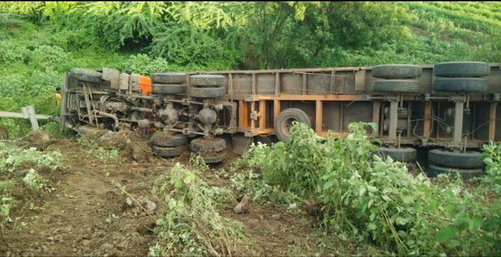 कठडे तोडून पलटी झालेला ट्रक