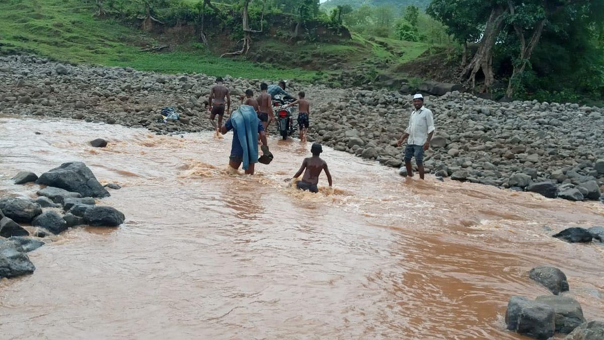 पेठ : नदी पार करताना वाहनधारकांचा जीवघेणा प्रवास