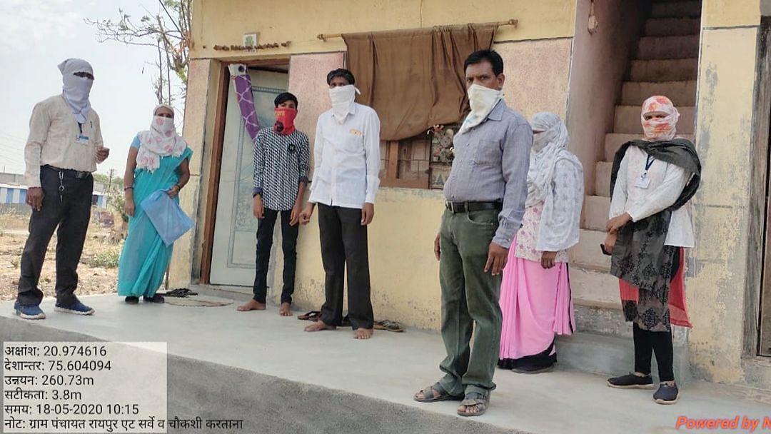 बाहेर गावाहून आलेल्या व्यक्तींना नियमांचे पालन करण्यासंदर्भात सूचना देतांना समिती सदस्य