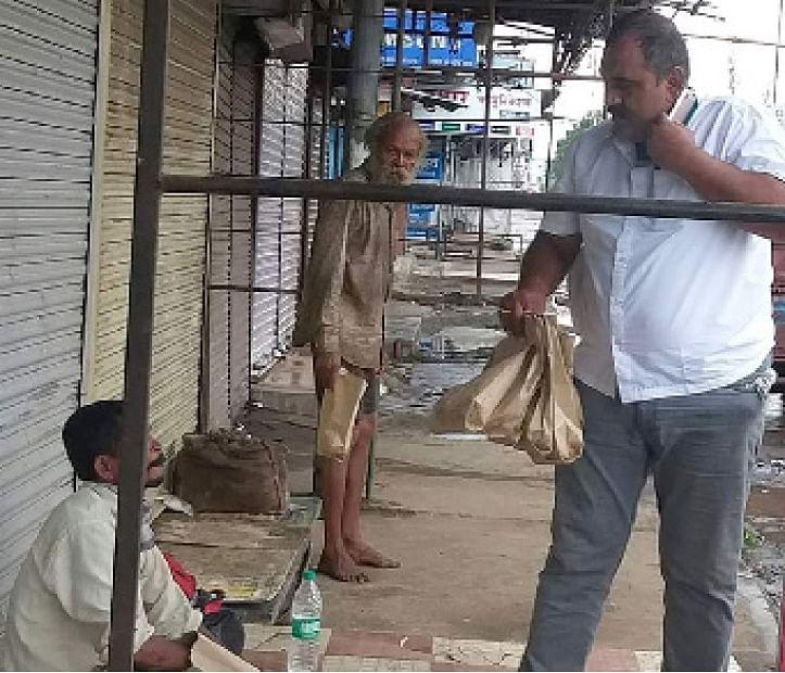 बेवारस मनोरुग्णांसाठी श्रीरामपुरातील पोलिसाने जागला माणुसकीचा धर्म