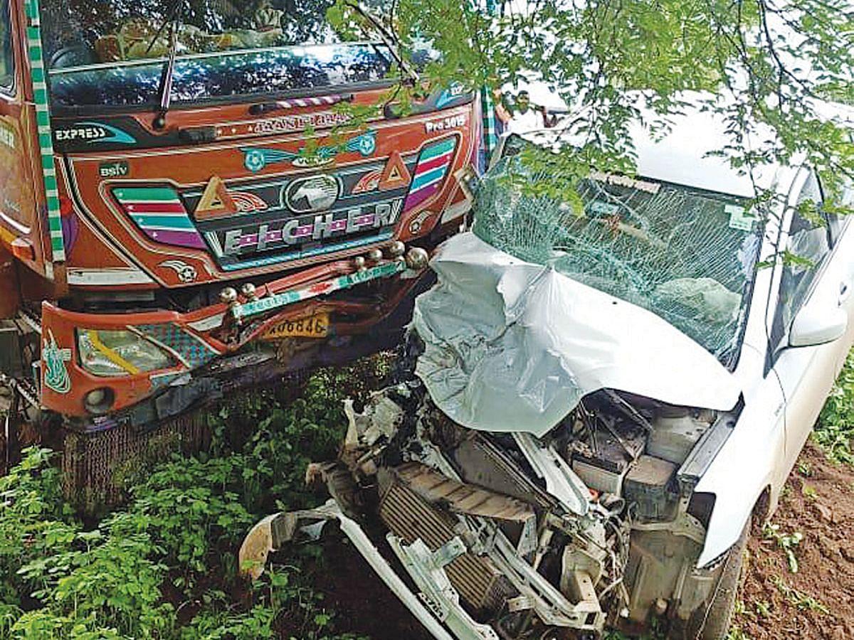 पिंपळनेर : ट्रकच्या धडकेत कारचा चुराडा