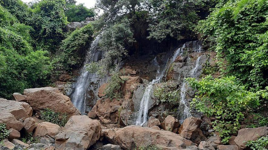 वाल्हेरी येथील धबधबा पर्यटकांचे खास आकर्षण