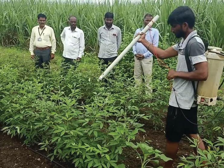 शेतकरी तरुणांनी तयार केले तुर शेंडे खुडणी यंत्र