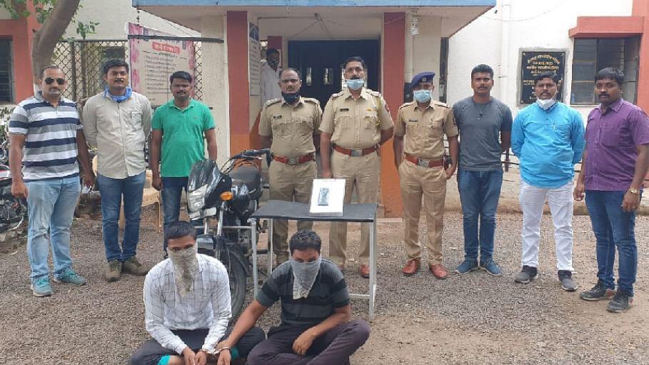 श्रीरामपुरात दोन मोबाईल चोर पकडले