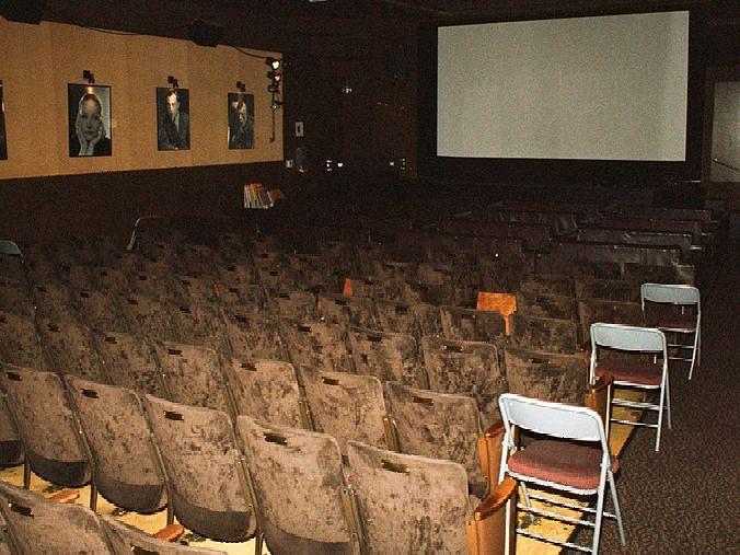 जळगाव : चित्रपटगृह कामगारांवर उपासमारीची कुर्हाड