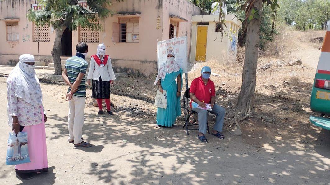 ग्रामस्थांची आरोग्य तपासणीवेळी कोरोना समिती सदस्य