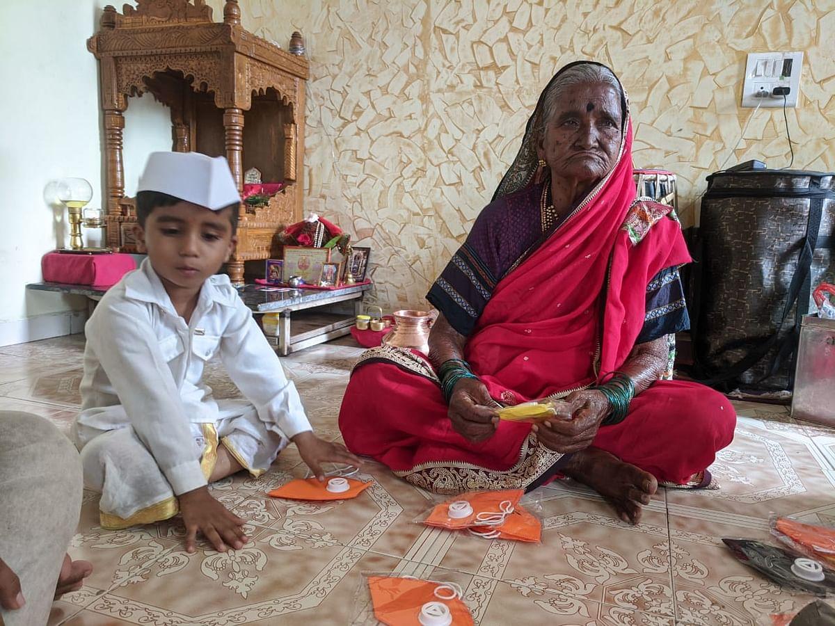 इगतपुरी : वारीसाठी जतन केलेल्या पैशातून वितरीत केले मास्क