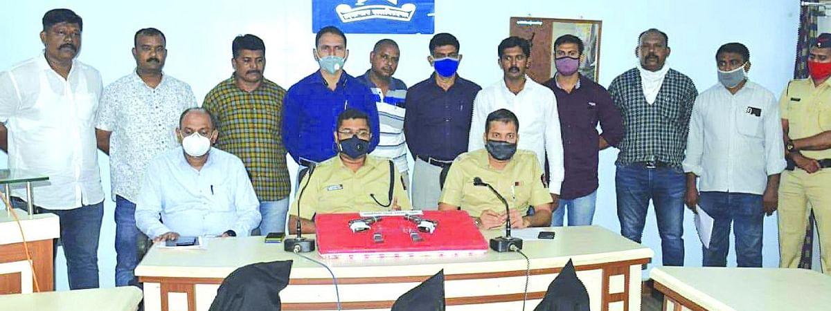 अटक करण्यात आलेले आरोपी व जप्त करण्यात आलेला मुद्देमाल सोबत पोलीस अधिकारी व कर्मचारी