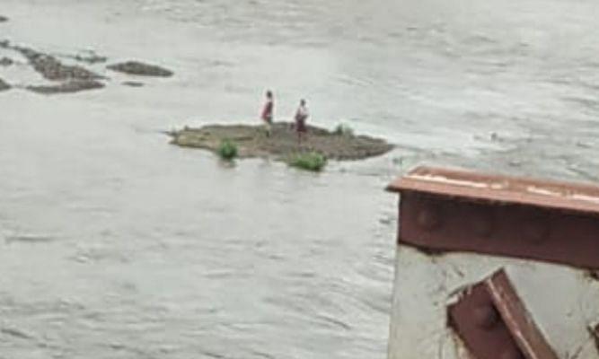 वाघुर नदीत सासू-सून वाहिल्या