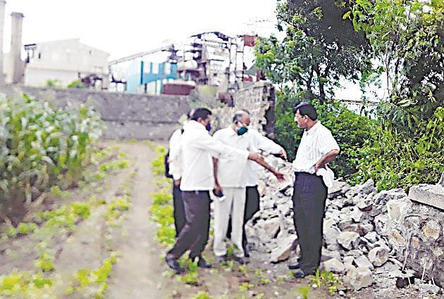 वसाका संरक्षक भिंतींना भगदाड