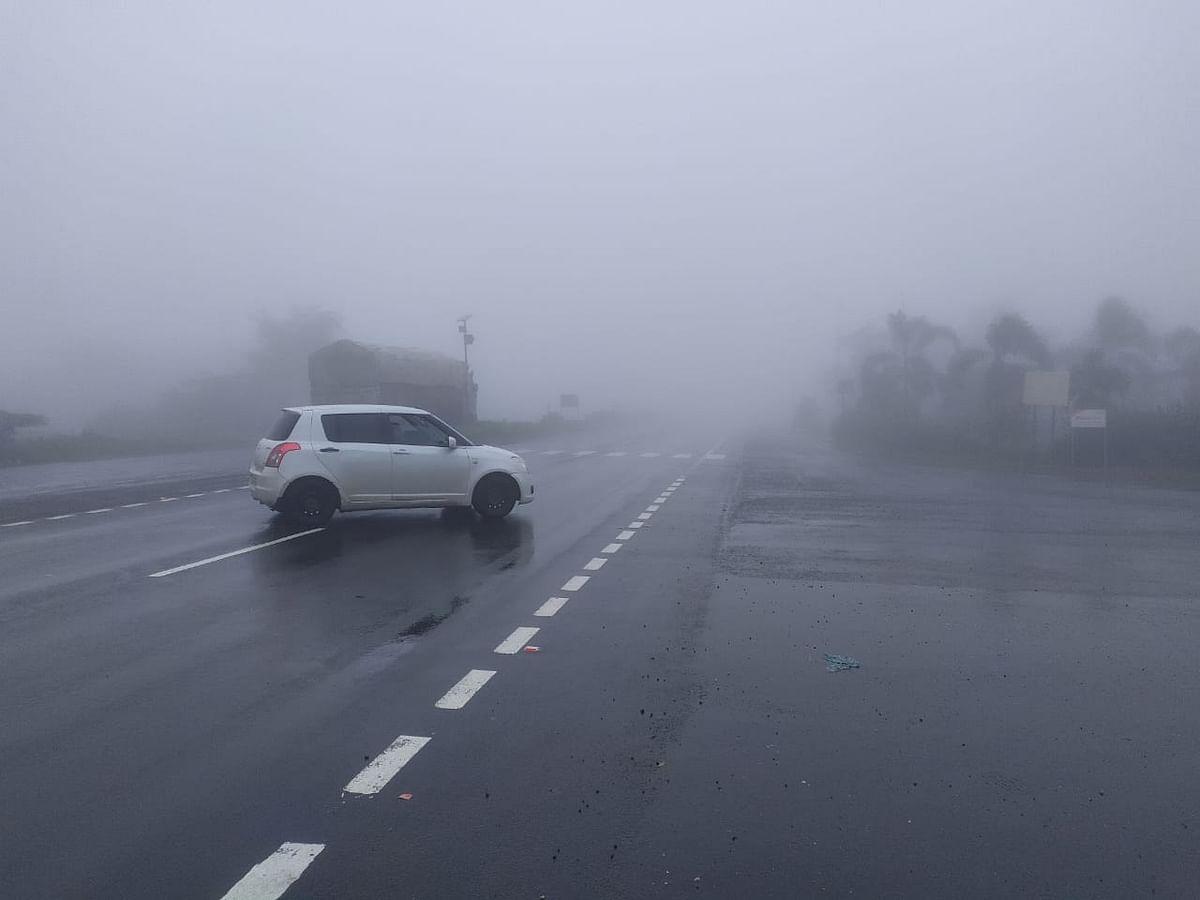 इगतपुरी - कसारा घाट हरवला धुक्यात...