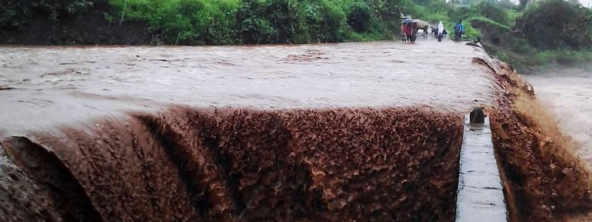 भवर नदीवरील पुलावर पडलेले भगदाड