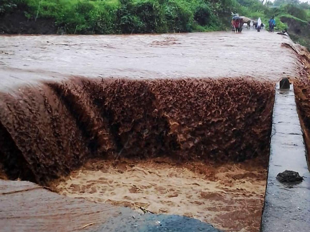 भगदाड पडलेल्या पुलाच्या कठडयावरुन पाणी