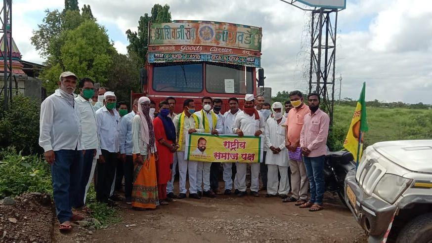 श्रीगोंदा : रासपकडून दुधाचा टँकर अडवून आंदोलन