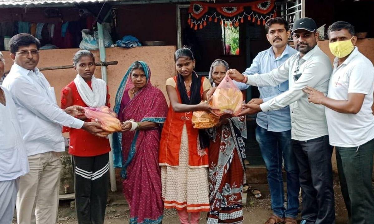 अनाथ गाडे कुटूंबांला 'मराठा वर्ल्ड' टीमची मदत