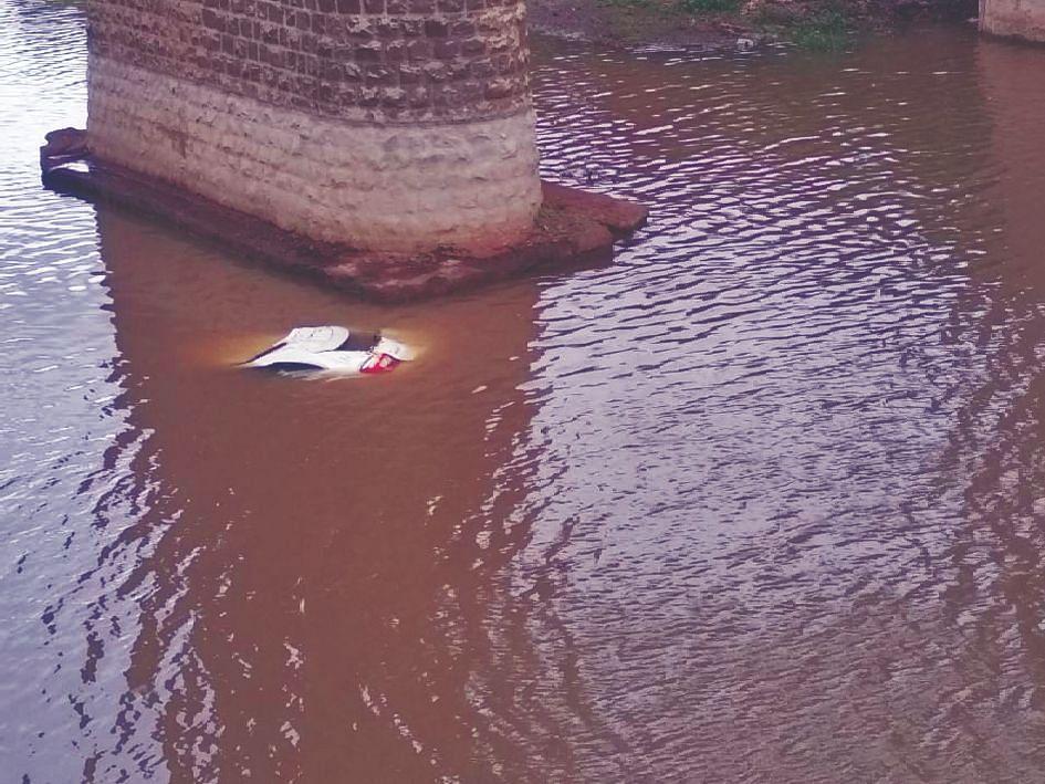 पुलावरुन कार कोसळली ; दोन जण गंभीर जखमी