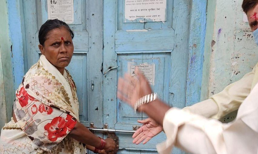 हागणदारी मुक्त खरजई ग्रामपंचातीला महिलांनी ठोकले कुलूप